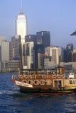 Bateau guidé de touristes en Hong Kong Harbor Photographie stock libre de droits