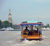 Bateau guidé privé de touristes sur Chao Phraya River à Bangkok Image libre de droits