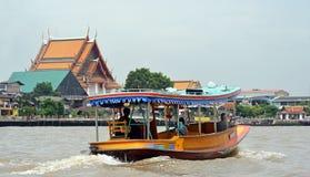 Bateau guidé privé de touristes sur Chao Phraya River à Bangkok Photos libres de droits