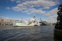 Bateau HMS Belfast de mus?e du mus?e imp?rial de guerre amarr? sur la Tamise, Londres, R-U - 20 septembre 2013 photographie stock