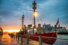 Bateau industriel au dock au temps de coucher du soleil à New York City Photos libres de droits