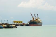 Bateau industriel dans le port photo libre de droits