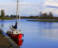 Bateau isolé au port de Zeewolde Photos libres de droits