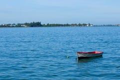 Bateau isolé en mer Images stock
