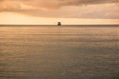 Bateau isolé en mer Image stock