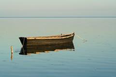 Bateau isolé en mer tranquille Photos libres de droits