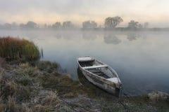 Bateau isolé par la rivière photo stock