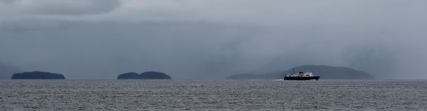 Bateau isolé passant des îles photographie stock libre de droits
