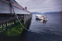 Bateau isolé près du pilier, Norvège Photos stock