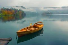 Bateau isolé sur la surface de l'eau du lac Bled, Slovénie photos libres de droits