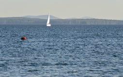 Bateau isolé sur le lac Photo stock