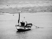 Bateau isolé sur un estuaire en noir et blanc photo stock