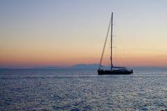 Bateau isolé sur une mer calme photographie stock libre de droits
