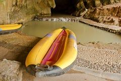 Bateau jaune dans une caverne, Thaïlande. Images libres de droits