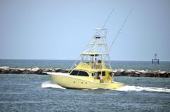 Bateau jaune de pêche sportive Photo stock