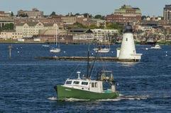 Bateau Kimberleen de pêche professionnelle passant le phare photos stock