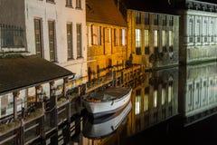 Bateau la nuit sur une rivière tranquille Image stock