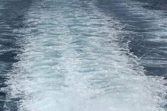Bateau laissant des traînées de l'eau sur la mer photos stock