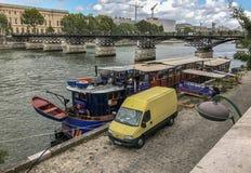 Bateau LE Calife η βάρκα καφέδων έδεσε κοντά Pont des Arts, Παρίσι, Φ Στοκ Εικόνες