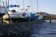Bateau local et terrain de caravaning battu par une tempête d'hiver sur la mer d'Irlande Photographie stock libre de droits