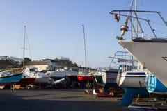 Bateau local et terrain de caravaning battu par une tempête d'hiver sur la mer d'Irlande Photos stock