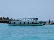 Bateau local sur la mer, aéroport Maldives Photo stock