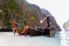 Bateau long-coupé la queue par trois à la mer d'Andaman. Image libre de droits