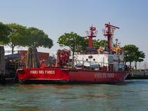 Bateau lumineux du feu rouge des sapeurs-pompiers, Venise photos stock