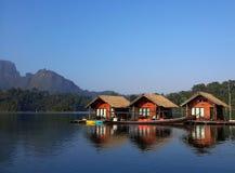 Bateau-maison dans le barrage de Ratchaprapha, Thaïlande Photo stock