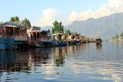 Bateau-maison dans le lac dal. images libres de droits