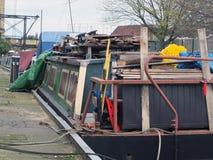Bateau-maison encombré sur une péniche convertie dedans Huddersfield West Yorkshire photo stock