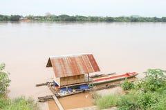 Bateau-maison sur la rivière photo libre de droits