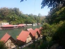 Bateau-maison sur la rivière Kwai chez Sai Yok National Park Images stock