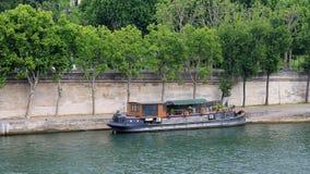 Bateau-maison sur la rivière la Seine à Paris, France Photo stock