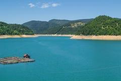 Bateau-maison sur le lac Zaovine en Serbie occidentale Image stock