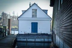 Bateau-maison sur une rivière photo stock