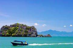 Bateau malaisien près de plage sur l'île de Langkawi photos stock