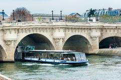 Bateau Mouche på Seinen, Paris, Frankrike Arkivfoton