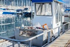Bateau municipal pour le secteur de l'eau de nettoyage des déchets marins photos libres de droits