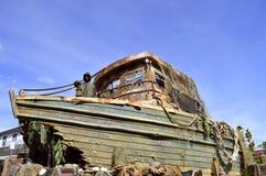 Bateau naufragé dans un port Photos stock