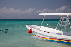 Bateau naviguant au schnorchel dans la marina Photo stock