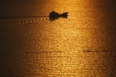 Bateau naviguant la mer Égée Santorini Grèce Photos stock