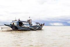 Bateau naviguant vers le haut de la rivière d'Ayeyarwady Photo libre de droits