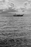Bateau noir et blanc de long arrière Photographie stock
