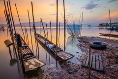 Bateau orange de ciel dans l'eau Photos stock