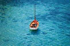 Bateau orange sur la mer photos libres de droits