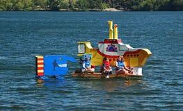 Bateau orienté submersible jaune de carton de lait Photographie stock libre de droits