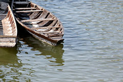 Bateau ou canoës en bois. photo stock