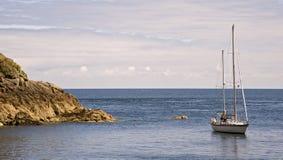Bateau par la côte images libres de droits