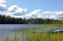 Bateau par la côte de lac Photographie stock